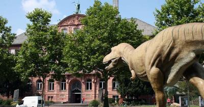 Senckenberg Museum - Aussenbereich mit Dino Statue