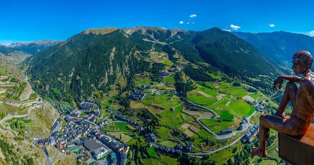 Andorra - Statue mit Blick auf die Stadt