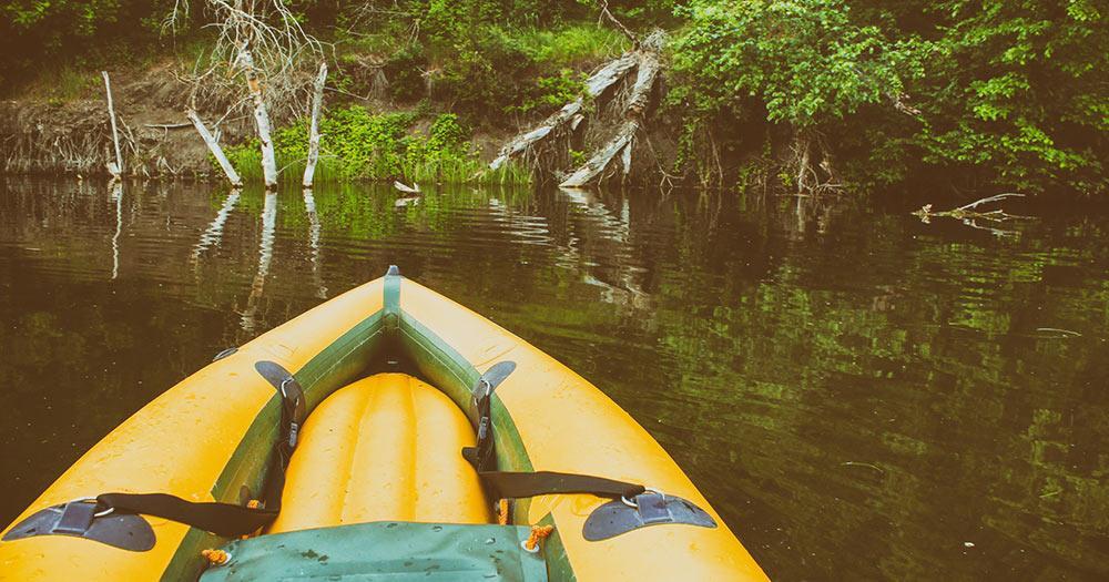 Amazonas / Gelbes Boot auf stillen Gewässern des Amazonas