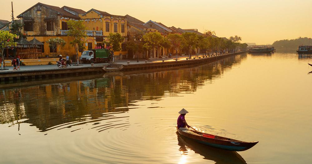 Hoi An / Frau auf Boot bei Sonnenuntergang in Hoi An
