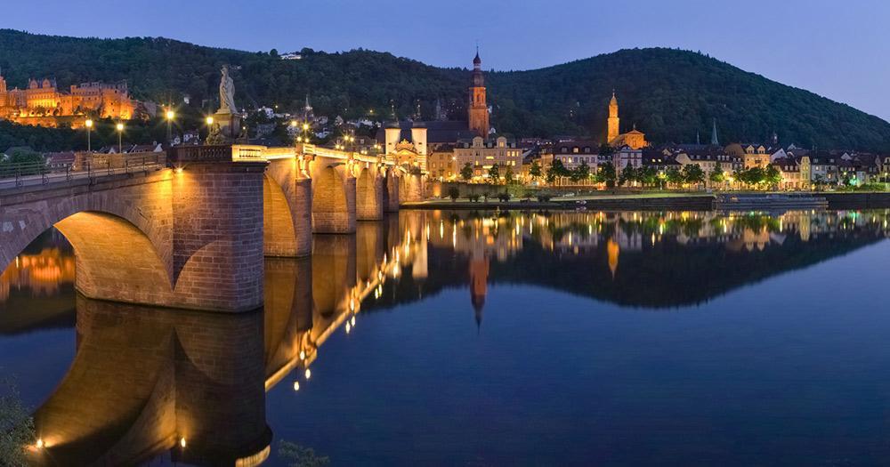 Heidelberg / Heidelberg Altstadt am Abend beleuchtet