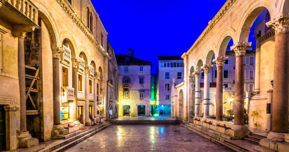 Split - Blick auf den Platz Peristyl des Diokletian Palastes bei Nacht