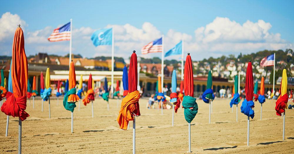 Deauville / bunte Sonnenschirme am Strand