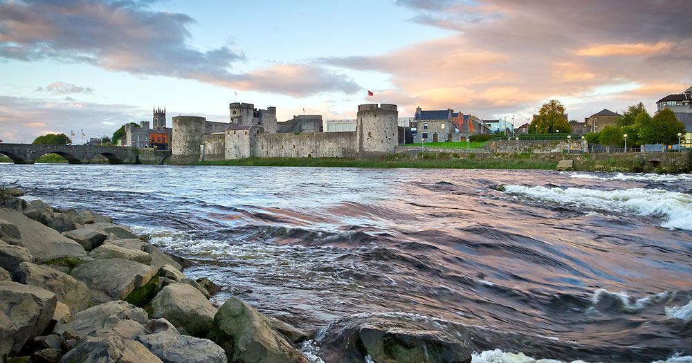Limerick / King John Castle am Shannon River in Limerick