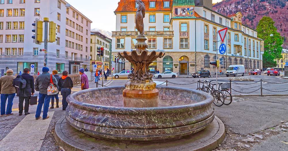 Chur / ein Brunnen mit einer Frauen Statue