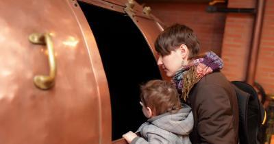 Brauereimuseum Dortmund - Familie besichtigt Brautank