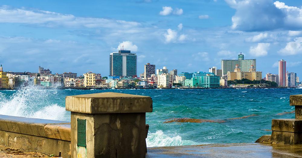 Havanna  - die Skyline von Havanna mit einem turbulenten Meer