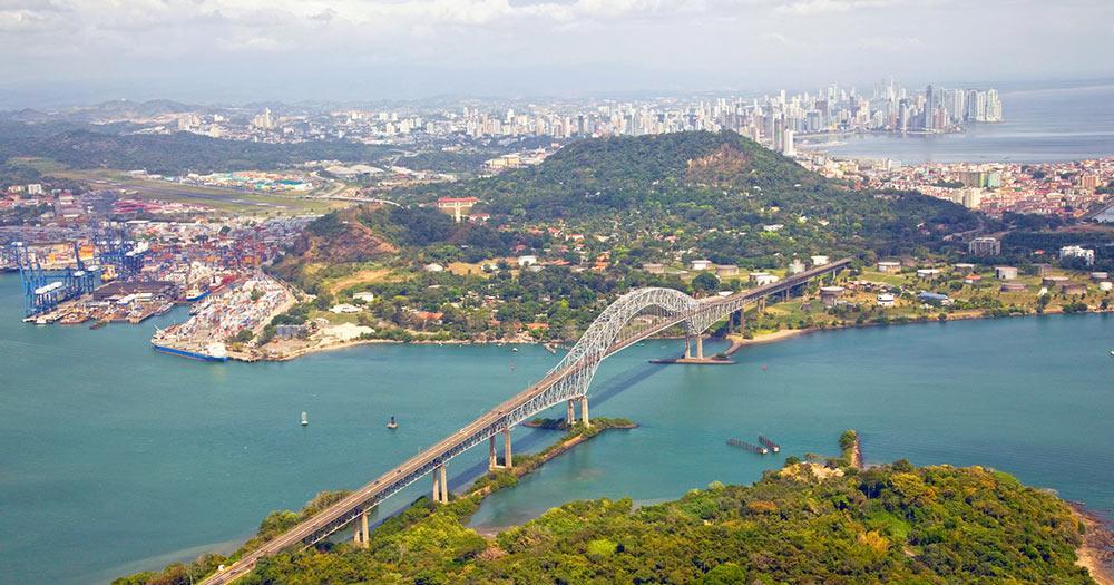 Panama - Luftaufnahme der Amerikabrücke am pazifischen Eingang zum Panamakanal mit Panama-Stadt im Hintergrund