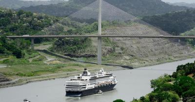 Panamakanal - großes Kreuzfahrtschiff unter Panamas jahrhundertealter Brücke
