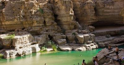 Wadi Shab - Leute schwimmen im Wasser der Wadi Shab Oase