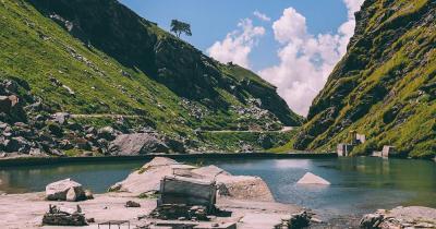 Himalaya Gebirge - berglandschaft mit See im Himalaya Gebirge