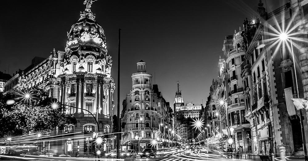 Mit dem Auto durch Spanien - nächtliche Straßen von Madrid