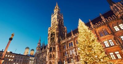 Münchner Christkindlmarkt - Münchner Rathaus mit Christbaum
