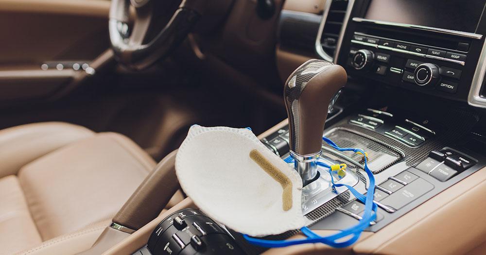 Sicheres Reisen trotz Corona - Maske im Auto