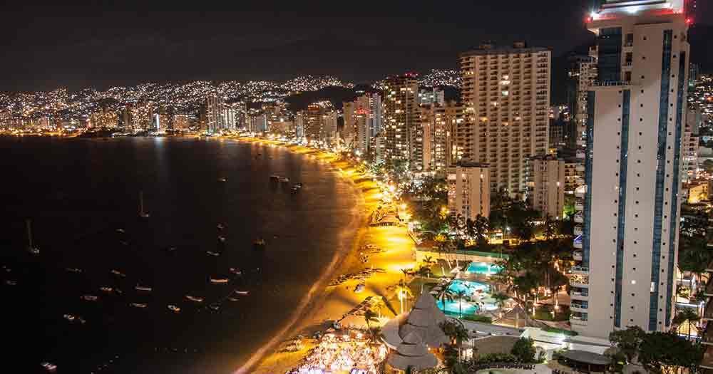 Acapulco - Blick auf die Strandpromenade bei Nacht