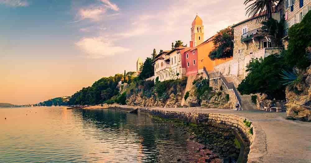 Rab - Blick auf die Häuser und das Meer