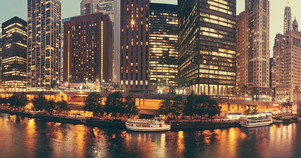 Chicago - Blick auf die Stadt und den Chicago River bei Nacht