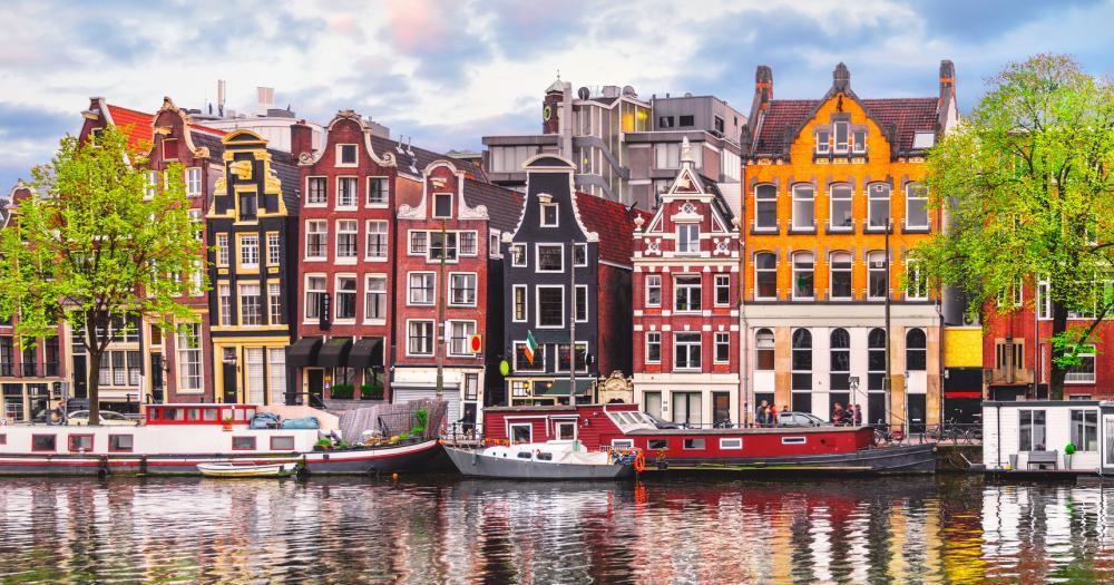 Amsterdam - Blick auf die Häuserfront und die Amstel