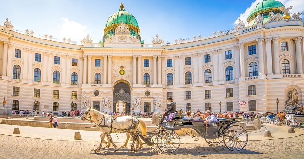 Wien - Alte Hofburg mit Fiaker