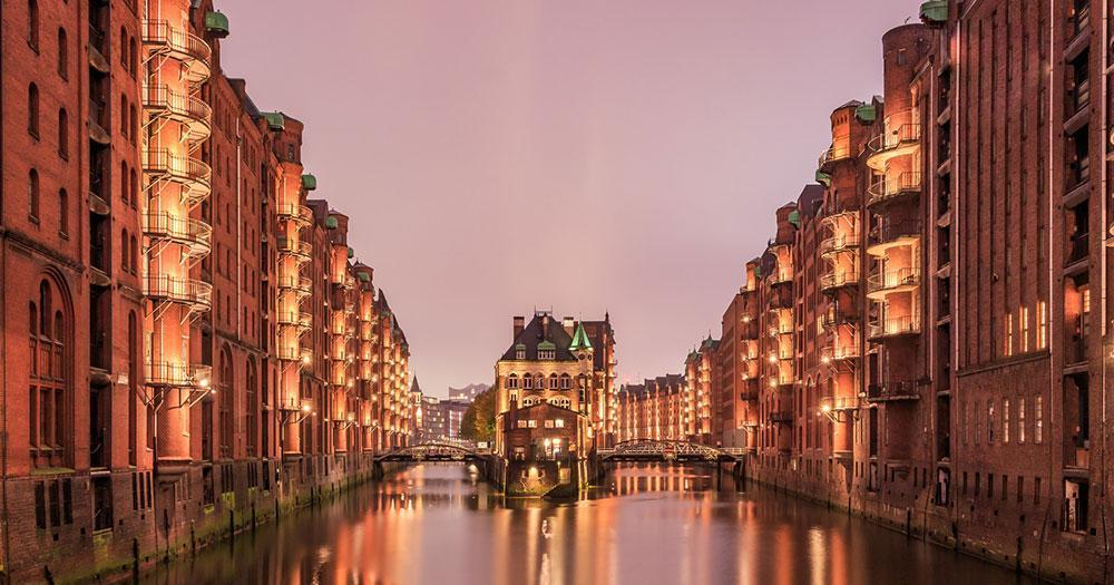 Hamburg - Wasserschloss in der Speicherstadt im Abendlicht