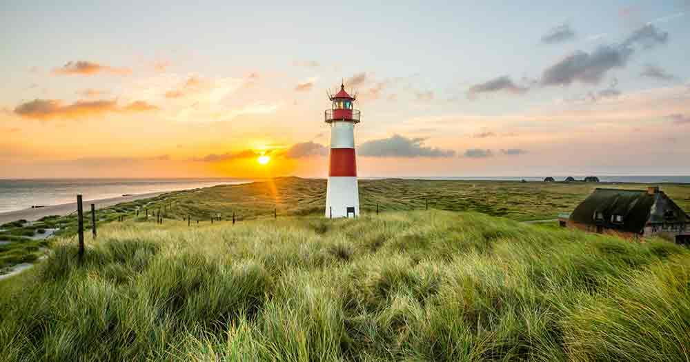 Nordsee - Leuchtturm bei Sonnenaufgang