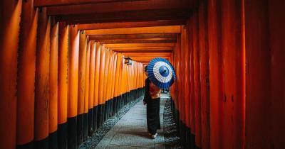 Kii-Halbinsel - Frau in traditioneller Tracht im Shinto-Schrein
