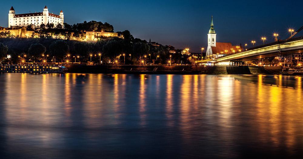 Bratislava - Der abendliche Blick auf die Burg Bratislava