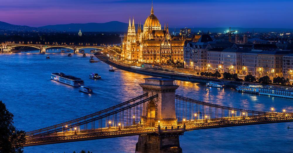 Budapest - Kettenbrücke und Parlament im Abendlicht