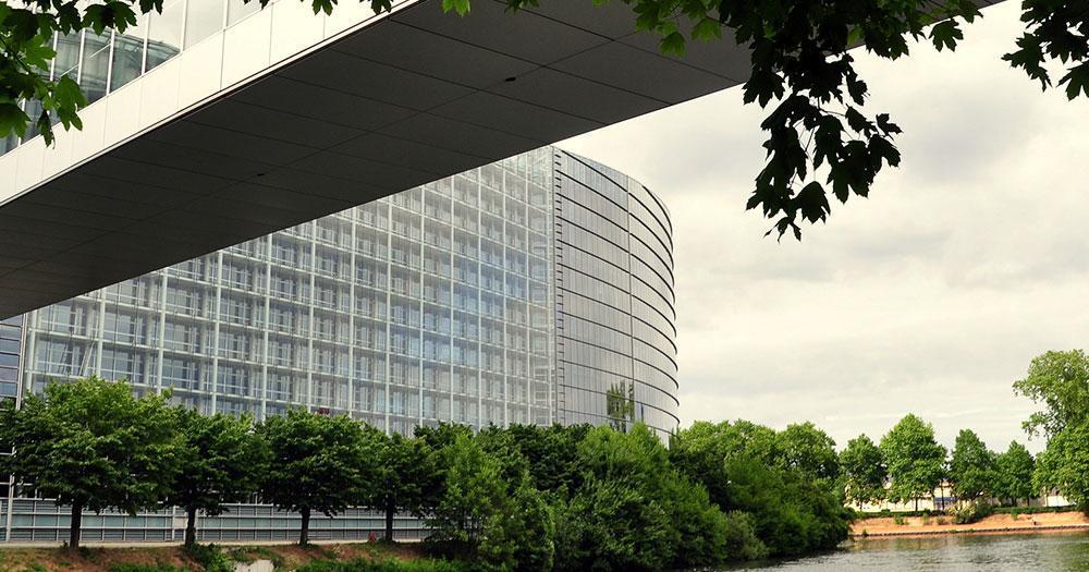 Maastricht - Illbogen auf den Plenarsaal des Europaparlaments