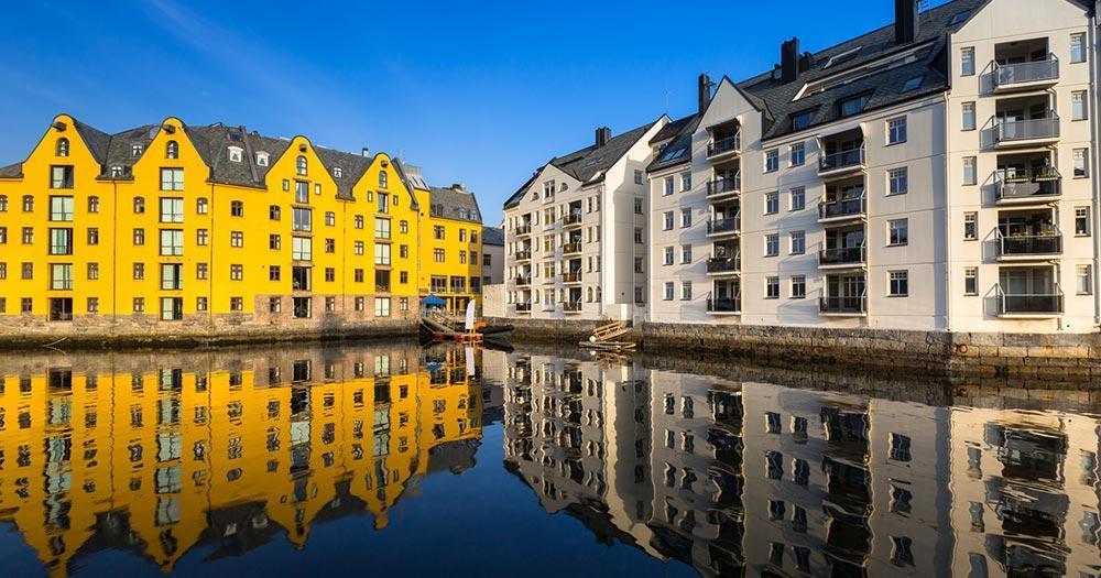 Alesund - Reflektierende Häuser
