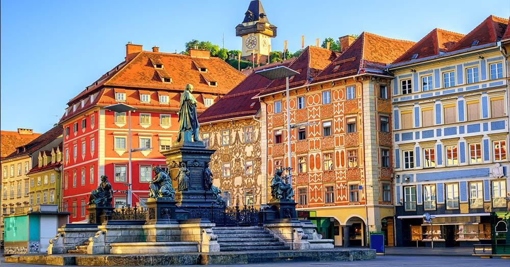 Graz - Hauptplatz mit Uhrturm im Hintergrund