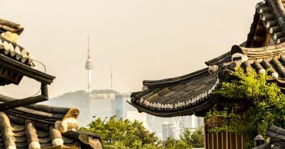 Seoul - Blick auf den Namsan Turm vom Bukchon Hanok Village