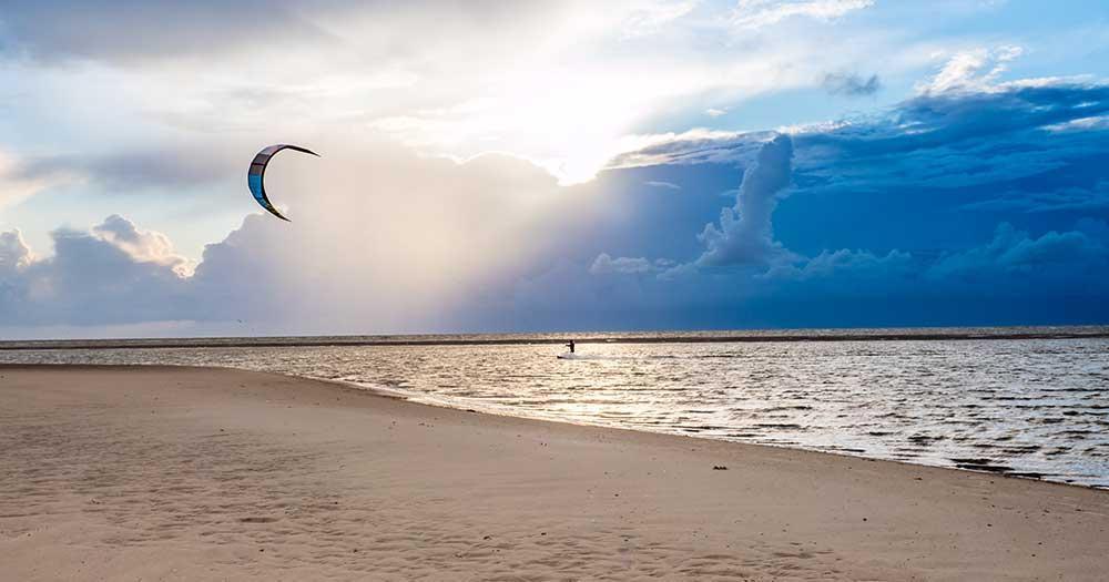 Die Insel Fehmarn - weiße Strände und ein Kite Surfer