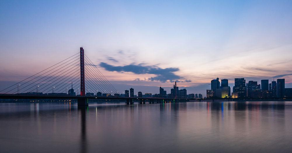 Hangzhou - Abendlicher Brücke mit Skyline