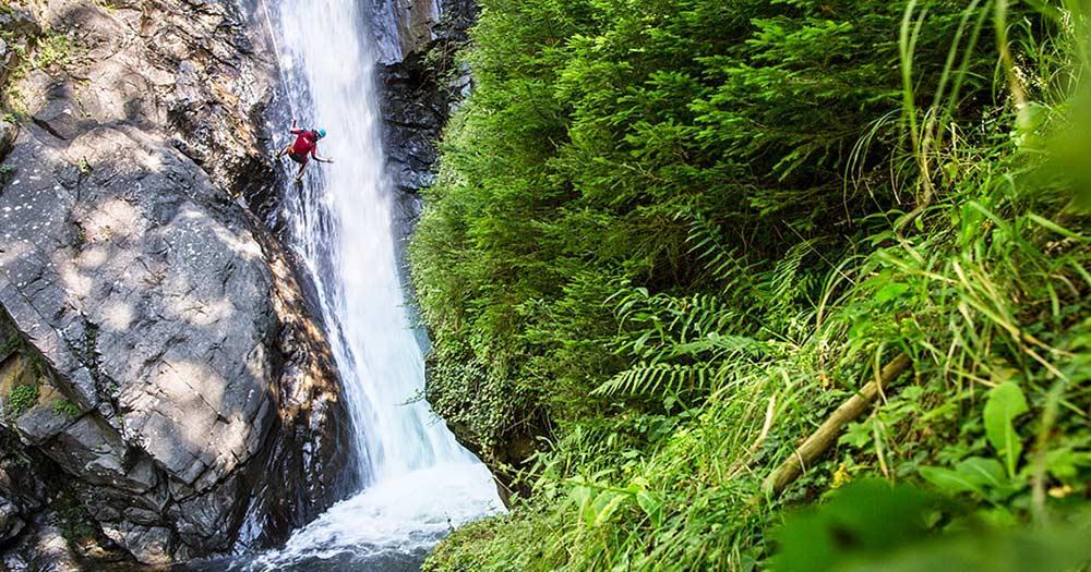 AREA 47 - Outdoorcanyoning den Wasserfall hinab