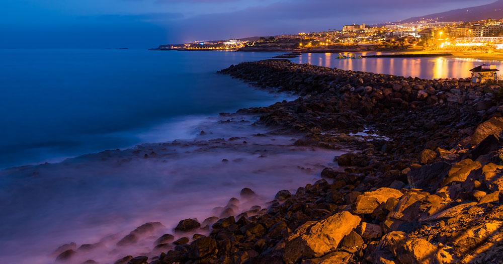Teneriffa - Blick bei Nacht auf eine Bucht