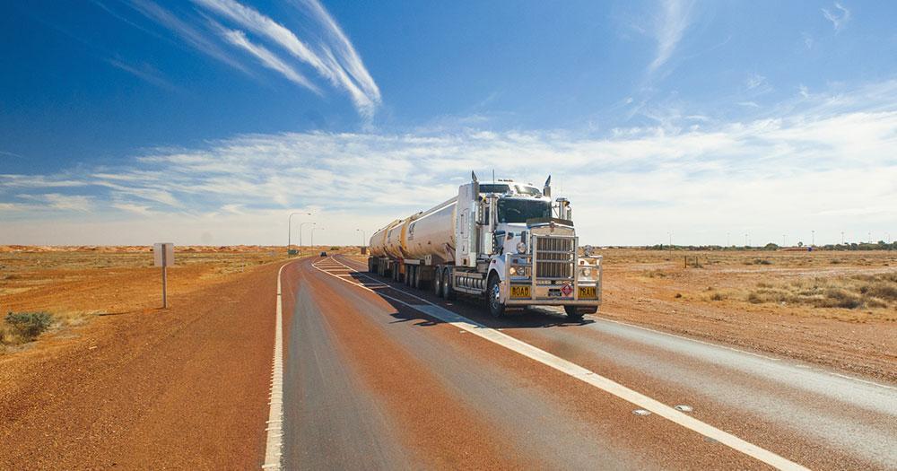 Alice Springs - Road Train durch die Wüste