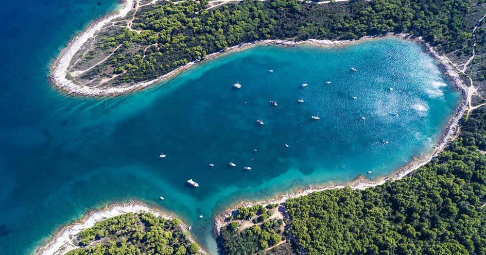 Pula - Bucht mit blauem Wasser