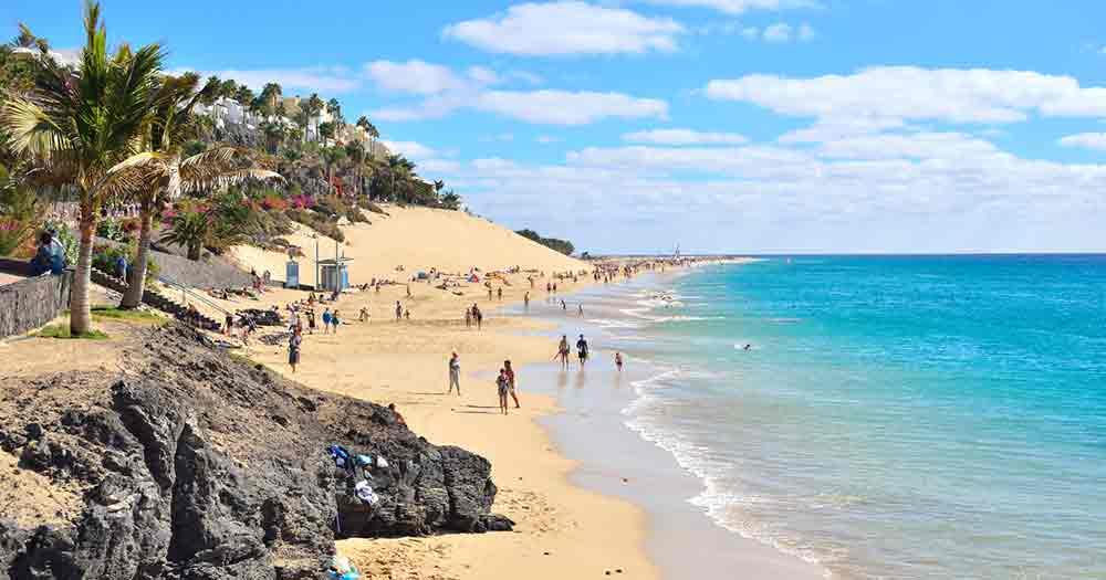 Fuerteventura - Der herrliche Strand mit blauen Meer.