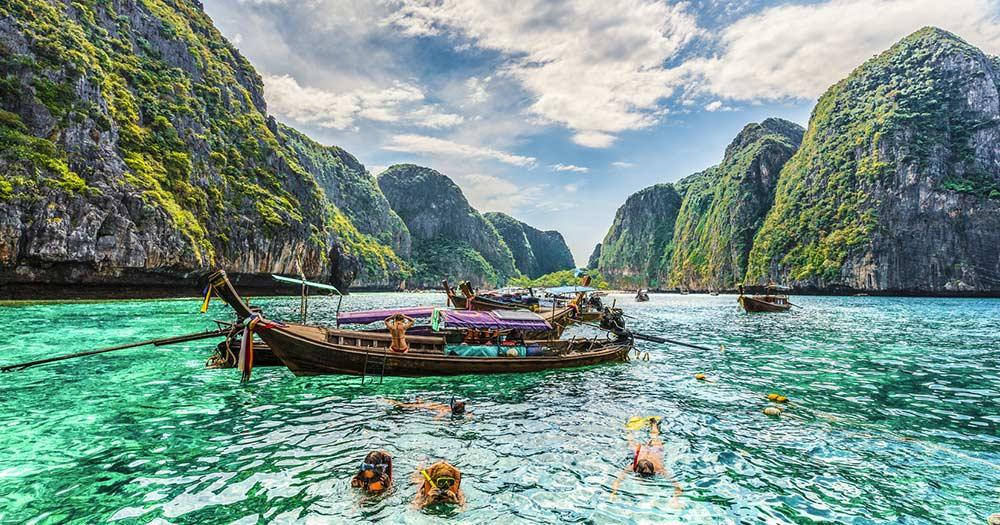 Ko Phi Phi Inselgruppe - Taucher am Maya Bay