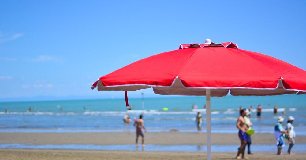 Grado - roter Sonnenschirm